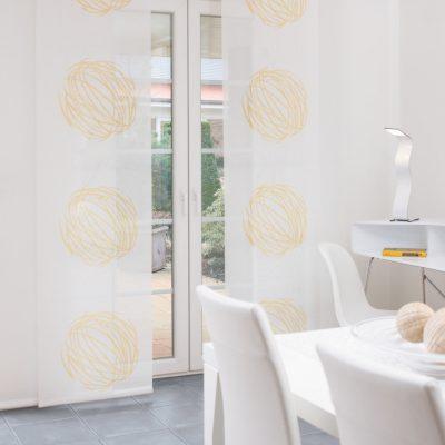 Teba Flächenvorhang Duisburg 2715, 2602 gelb-weiß Stimmungsaufnahme / Fenstersituation