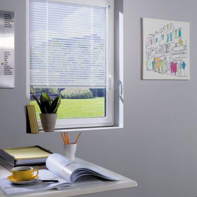 Teba Jalousie 2326 weiß Einbau 25mm mit LiteRise Bedienung. Fenstersituation und Stimmungsaufnahme